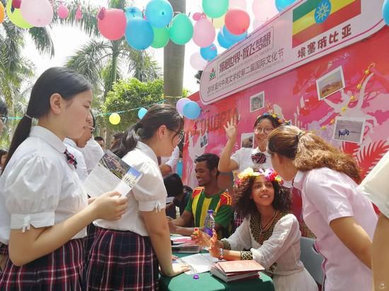 平博体育学子与外国友人用英语愉快交流